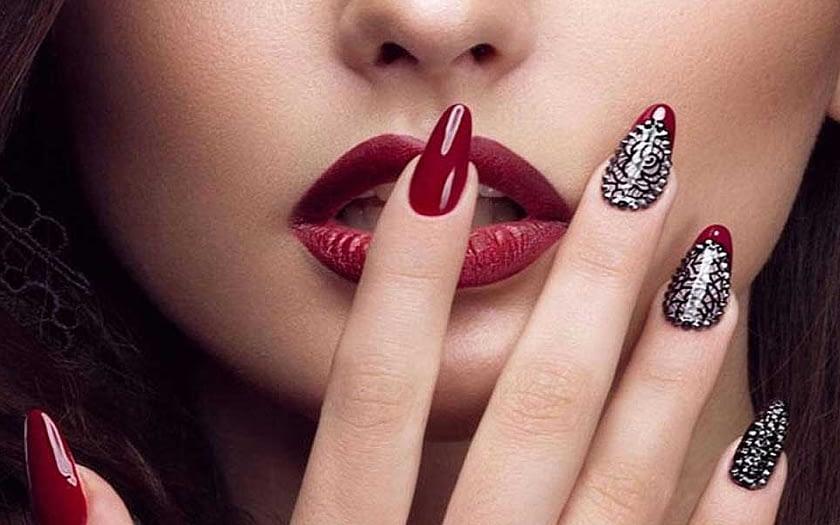 nail design with glitter polish